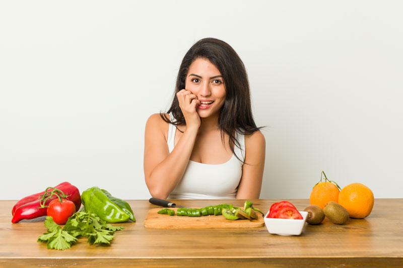 imagen de mujer en la mesa con comida